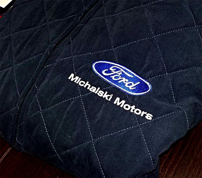 Bezrękawniki pikowane z logo firmy Ford - Michalski Motors. Haftowane logo na bezrękawnikach.