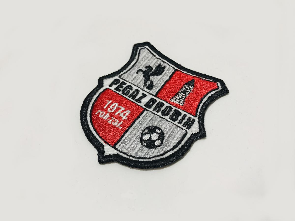 Koszulki meczowe PEGAZ DROBIN. Herb drużyny haft logo na piersi. Koszulki z haftem, piłka nożna. Płock naszywki.