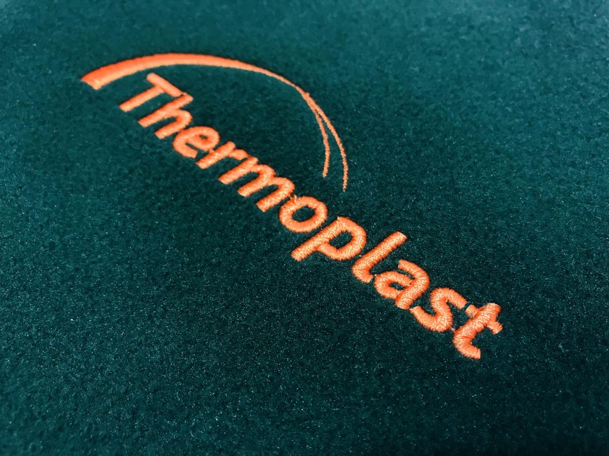 Haftowane logo Thermoplast na polarach. Logo na piersi najlepszej jakości. Haft komputerowy Płock.