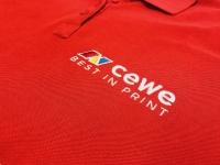 Koszulki Polo z haftem, wyszywane logo na piersi. Kolorowe logo CEWE best in print. Haftowana nazwa firmy. Odzież robocza Płock.