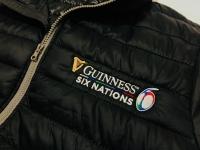 Haft na kurtkach pod patronatem browaru Guinness, odzież na najważniejsze międzynarodowe zawody w rugby w Europie. Haftowane logo na piersi oraz rękawie.