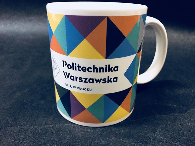 Kolorowe kubki zrobione w technologii full-print. Kubek z pełną grafiką dookoła kubka. Kubki porcelanowe z nadrukiem Politechniki Warszawskiej filli w Płocku.