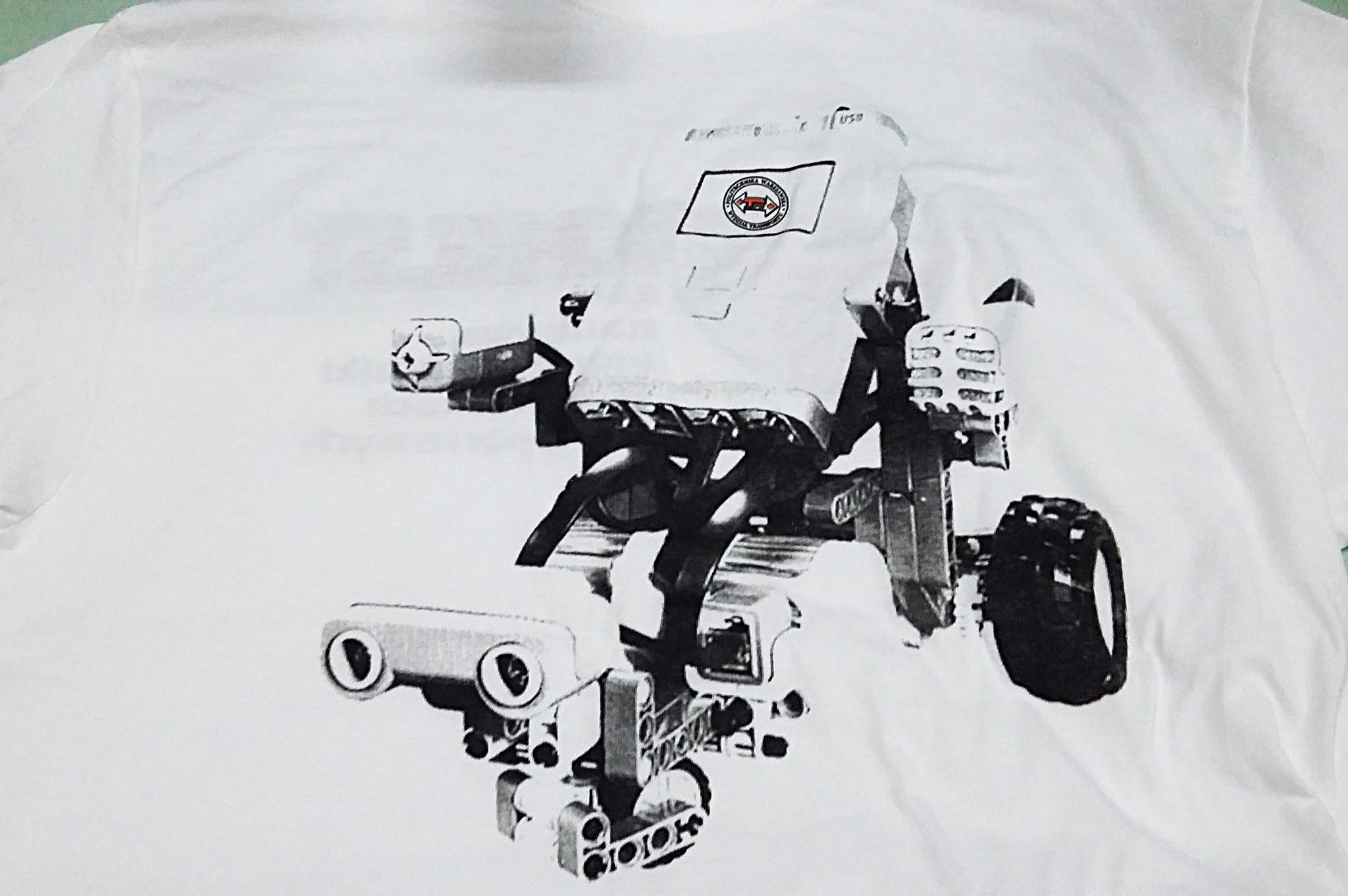 Koszulka z nadrukiem projektu Politechniki Warszawskiem. T-shirt wykonany separacją.
