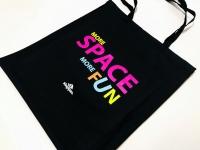Cotton shopping bag - Kingspan. More Space More Fun. Bawełniane torby reklamowe z nadrukiem kolorowym. Czarna torba z własnym projektem.